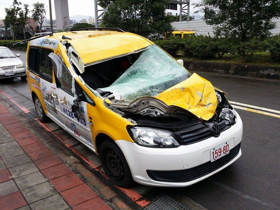 Photo of the cab hit as #GE235 flew over the freeway... very lucky http://t.co/pdjS4gPCmZ http://t.co/TMOGmT0e5g