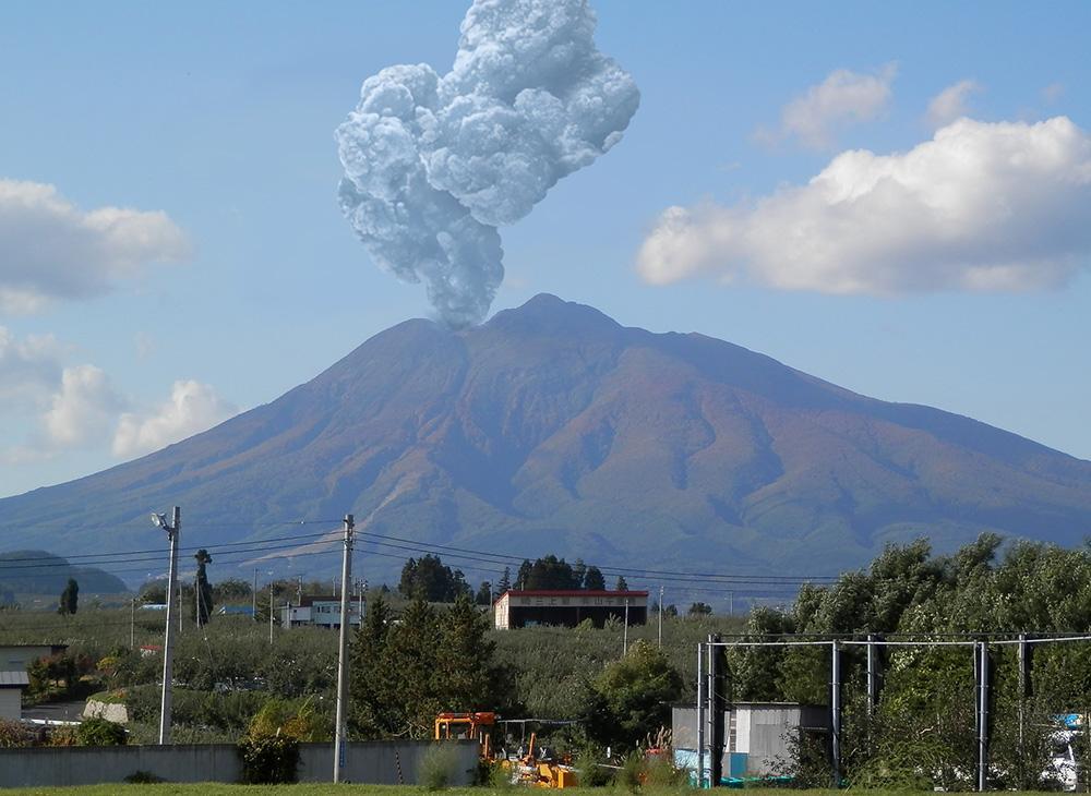 もしかして噴火もできる?と思って唐揚げで噴煙も作ってみた pic.twitter.com/5AiJoqHF1M