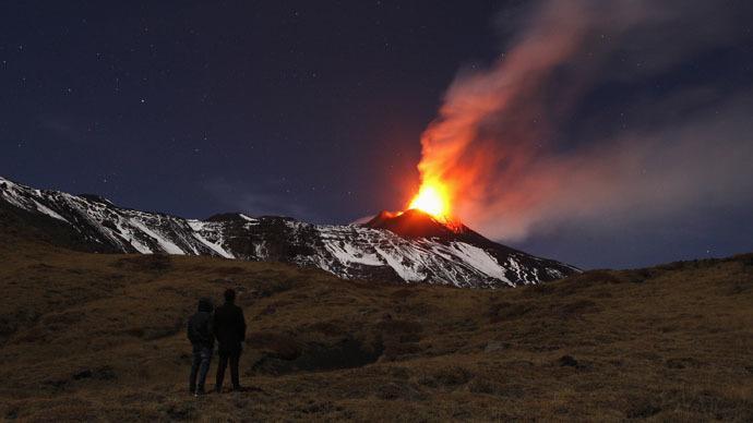 تدفق اللافا بركان اتنا
