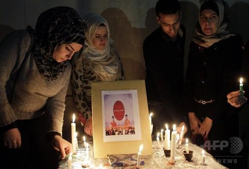 犠牲者を悼むとか、テロリストへの無言の抗議とかは、こういうふうにやるもの。 自分勝手なプラカードを掲げるのでは無く。 RT 「邦人人質殺害」でヨルダン住民が追悼集会、大使館前にろうそく http://t.co/ZGur3aa4pM  http://t.co/6oAQEKf2dI