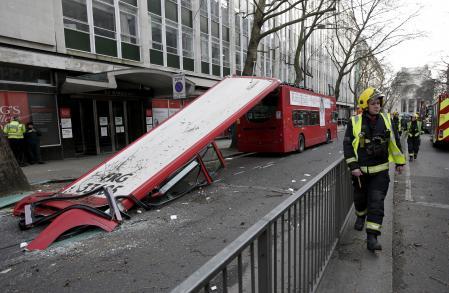 スライドショー:ロンドン2階建てバスの屋根が飛ぶ、樹木に衝突した衝撃で bit.ly/1D7EM7v pic.twitter.com/6K6iRlrYgJ