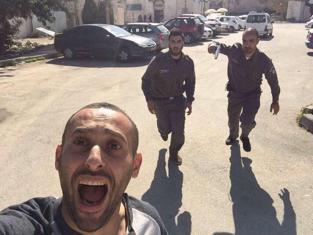 """سيلفي والجيش بيجري خلفي :D """"@mansourhamdy2: http://t.co/cbsiZfLi8R فلسطيني يلتقط صورة سيلفي اثناء مطاردة الشرطة الإسرائيلية"""