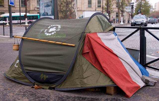 Plus 50% en 10 ans : la France compte 3,5 millions de personnes mal logées. #Reportage > http://t.co/UxaE7Fou0Y http://t.co/OLlkwhw2k6