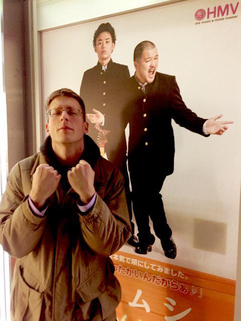HMVローソンにあったクマムシの大きなポスター前で、あったかいジェイソン♪ http://t.co/GG2trvopiR
