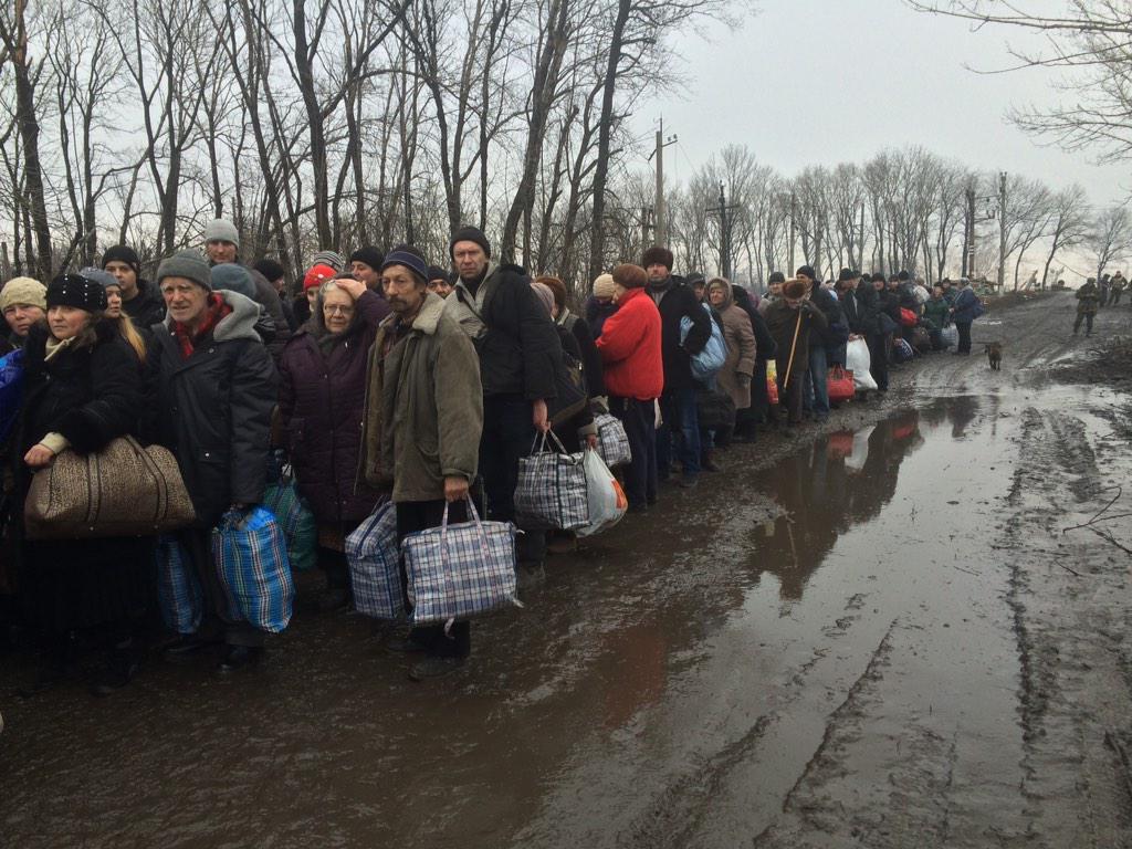 Ucrania destituye al presidente Yanukovich. Rusia anexa la Peninsula de Crimea, separatistas armados atacan en el Este. - Página 17 B86UMuZCAAAXaBI