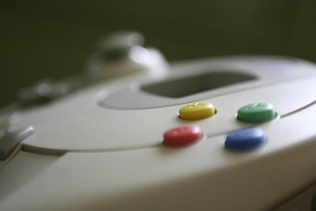 セガが、ゲーム機用ゲームから、スマートフォンやPCオンラインゲームを中心としたデジタルゲームへの転換を発表。早期退職者も募るという。 http://t.co/yKnvx3qBkn http://t.co/seApaMqAsA
