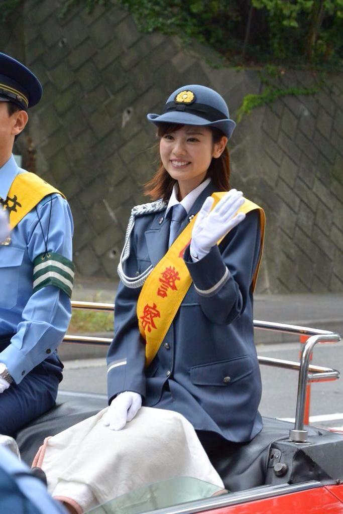 曽田麻衣子笑顔の一日警察署長姿