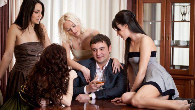 Три девушки и парень фото