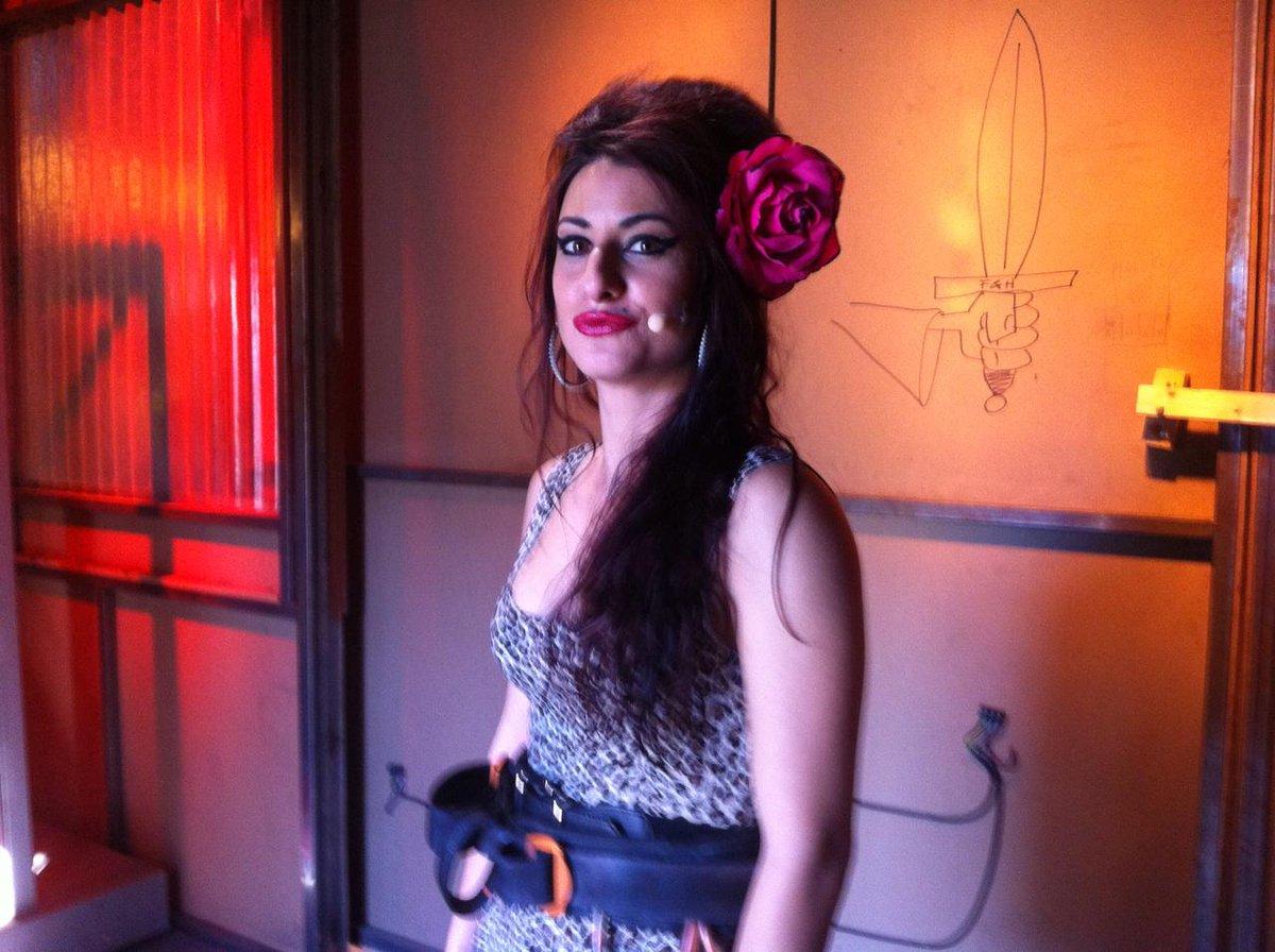 AmyWinehouse, que ha llegado directa de Jaén se enfrentará a DemolitionMan... #KillerKaraokeDobles http://t.co/LoZFPc5HVD