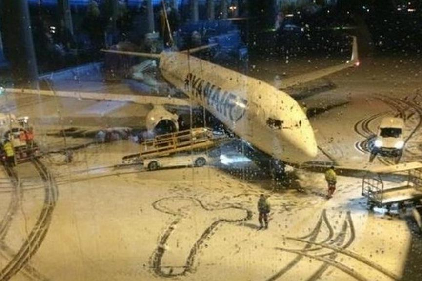 Funcionários de aeroporto aproveitam neve e desenham pênis gigante em hangar. http://t.co/i78GbXlaoy http://t.co/UrrY0QPfJb
