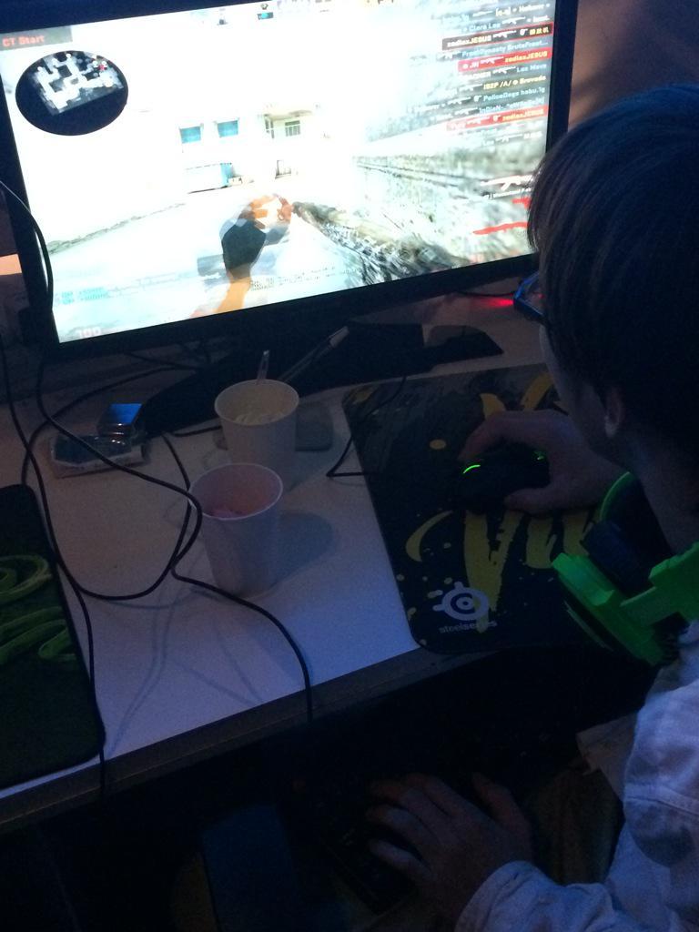 Zodiaxのプレイの仕方やべえwキーボード膝に置いてるw http://t.co/OqrwIQlJcb
