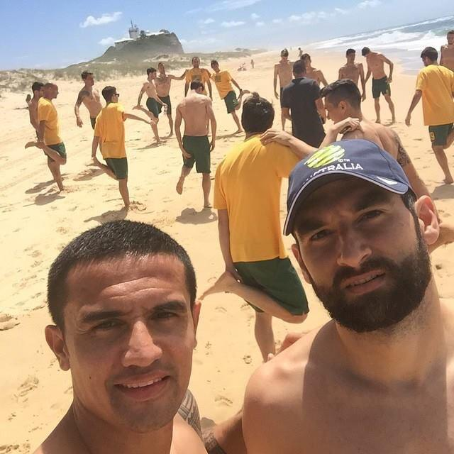 What a great photo of @Tim_Cahill & @Socceroos at Nobby's Beach, Newcastle. Proud you're in our city. Enjoy it #NTUA http://t.co/SZeHGlzro0