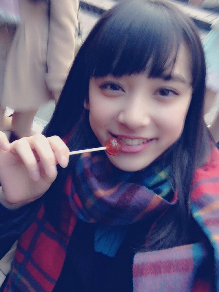 キャンディを食べる都丸紗也華