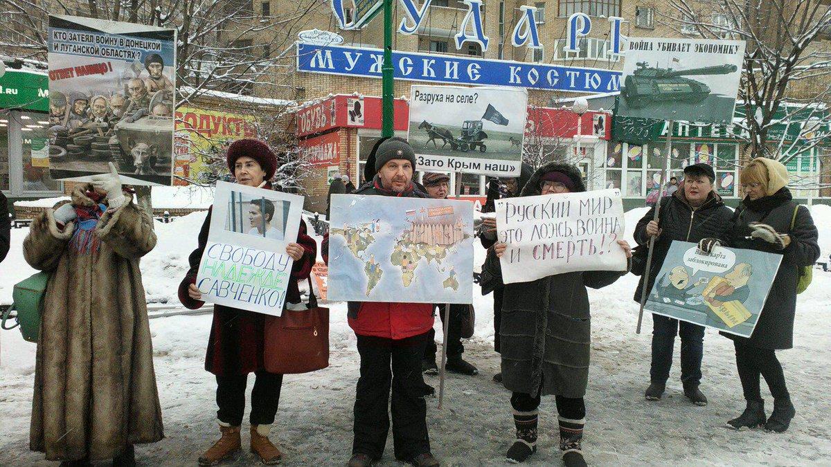 Трусливый Вован боится даже карикатур: В Москве задержали активистов после пикета с карикатурами на Путина
