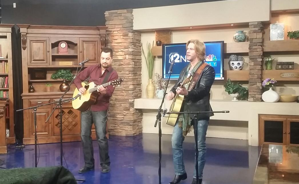 His baby's got a smile on her face & we do too! Excited for tonight's show at @LivewireAZ w/ @CWBYall. Thx @12News! http://t.co/Kmj4lv6rtg