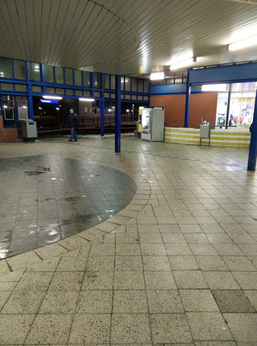 De trein stopt niet in Heerenveen vanwege grote rellen op het station. Gelukkig heb ik beelden. (@NS_online) http://t.co/9frKdNZHES