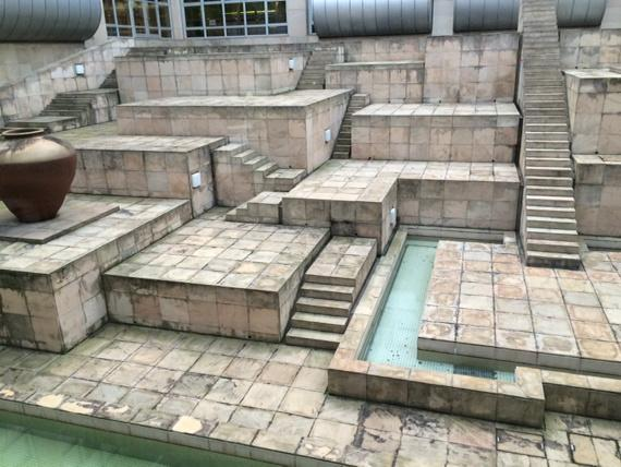 国立民族学博物館の中庭がオウガバトルのマップにしか見えない pic.twitter.com/xjnFILP4Jv