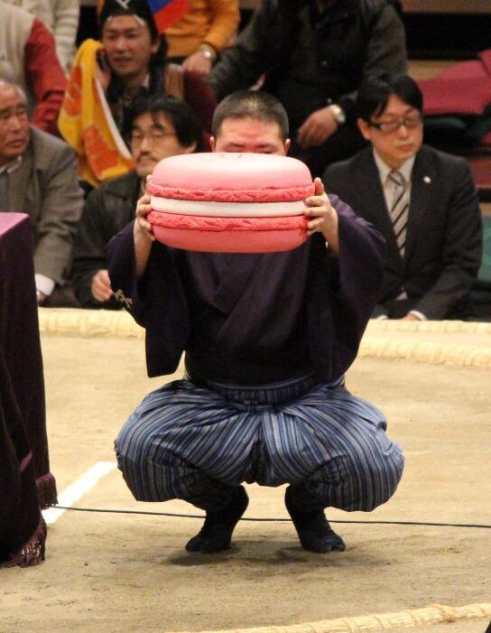 <千秋楽の様子>#sumo日仏友好杯。ピンクのビッグマカロン。#sumo 大相撲3月場所(大阪)の先行予約は、明日の11時まで!sumo.pia.jp/sumo03.jsp#pre pic.twitter.com/cGo80Wu5aJ