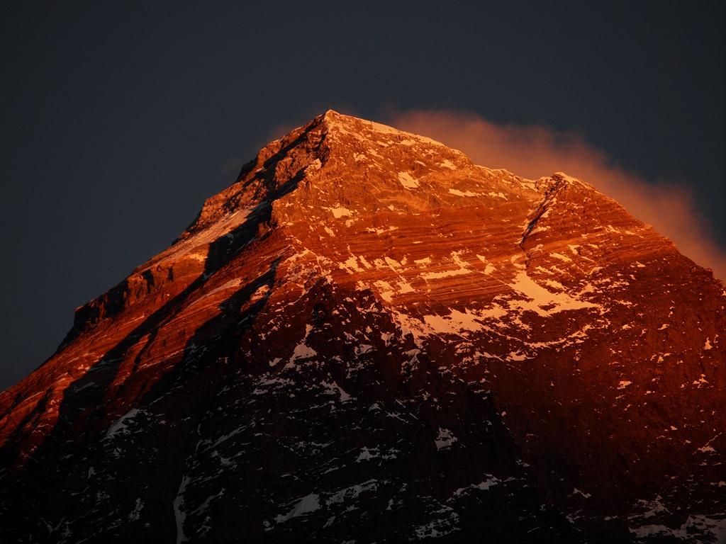 1月4日にカラパタール(5545M)の山頂から撮影したエベレスト。寒さのあまり脳みそまで凍りついていましたが、美しかった。時間を忘れてジッと眺めていたが、そのおかげで翌日から風邪を。それでも美しい魅力には勝てない。美しいものは美しい。 pic.twitter.com/9QXimlU0SR