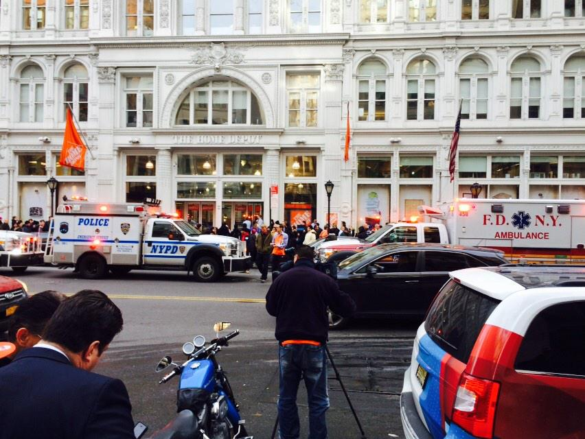 Photo NYPD And Emergency Teams Outside The Scene Of A Reported Shooting At Home Depot Store In Lower Manhattan