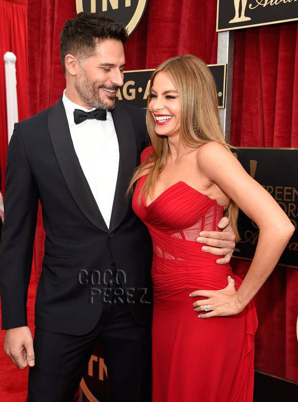 #SofiaVergara's & #JoeManganiello make their engaged red carpet debut at the #SAGAwards! http://t.co/8qdXfTsr7L http://t.co/mXA9YRJEAv