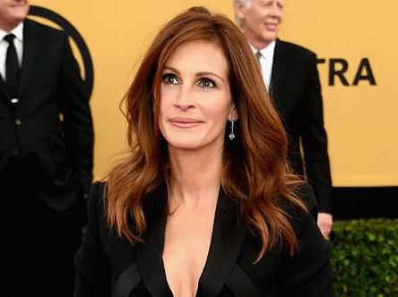 #JuliaRoberts plays it safe on the red carpet in a black jumpsuit at the #SAGAwards! http://t.co/IAAuPUePxS http://t.co/5TvxTsVA6n