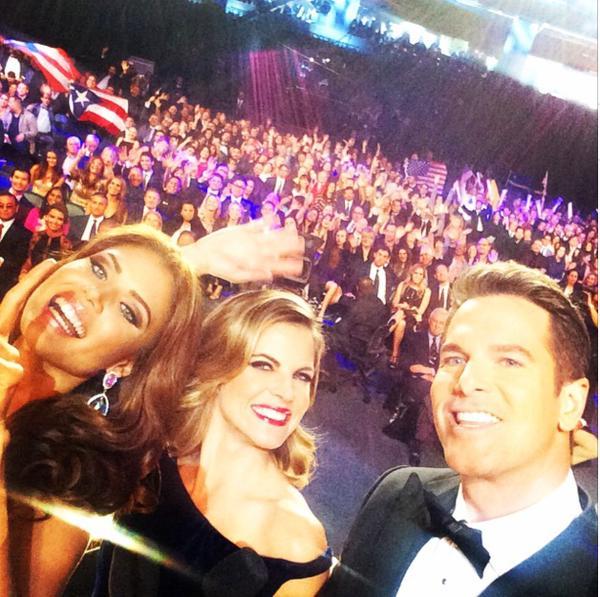 #Selfie q se tomaron los presentadores de #MissUniverso2015 con la boricua Gabriela Berrios. http://t.co/uJqginy9vU