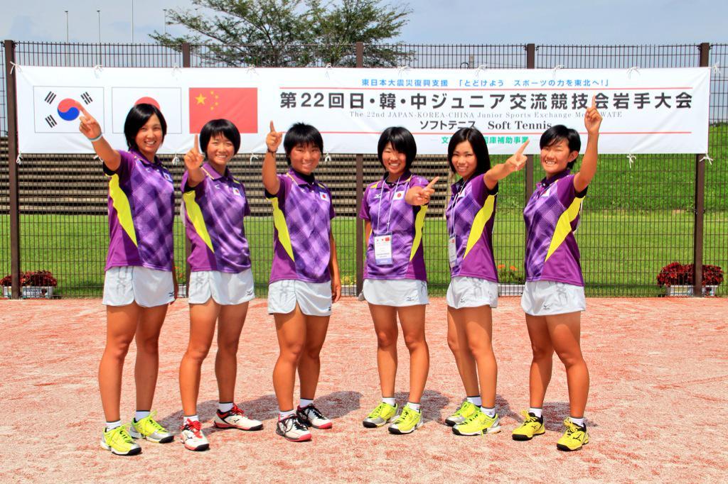 ソフトテニス部 最新号★SEKAIとガチで戦った3日間 全日本U,17『日韓中』参戦記!!高校トップ選手たちが国際大会で味わった収穫と課題を綴っています