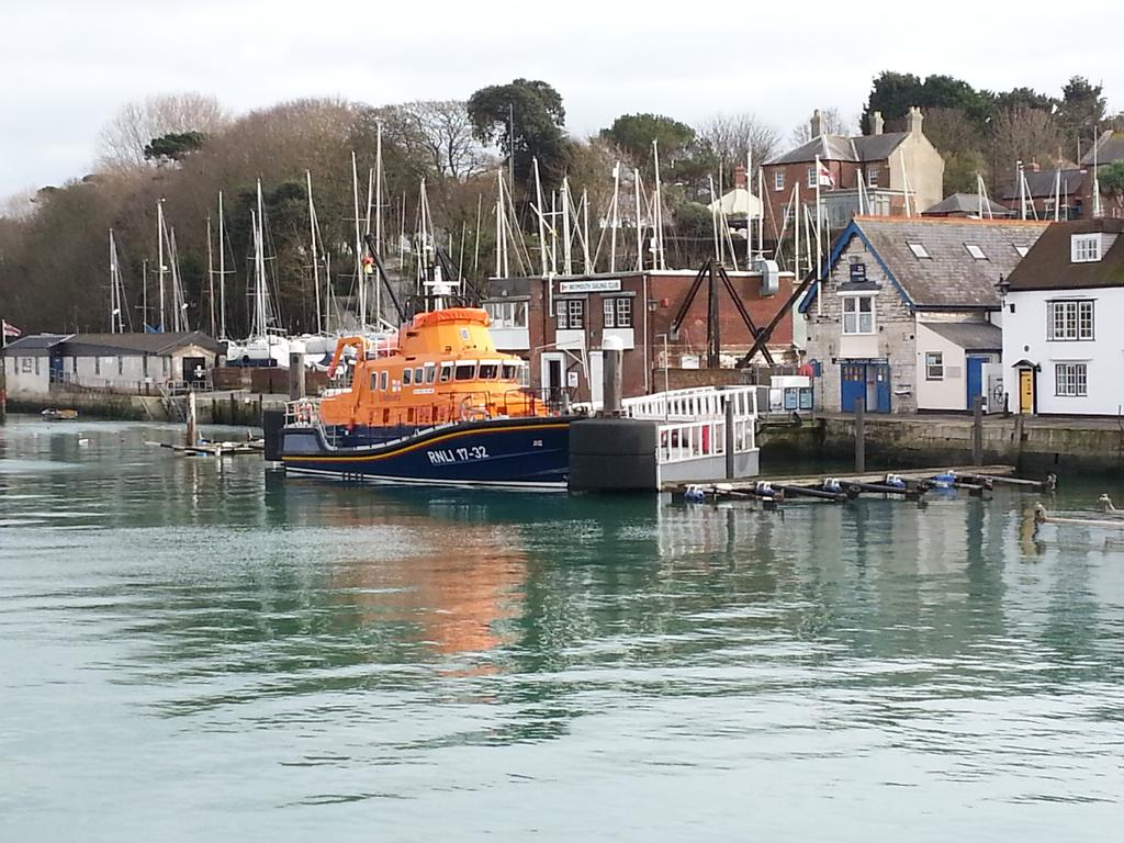 RT @MillykinsW: @RNLI look at Weymouth lifeboat today.....beautiful! !! http://t.co/dqMUqS8H9N
