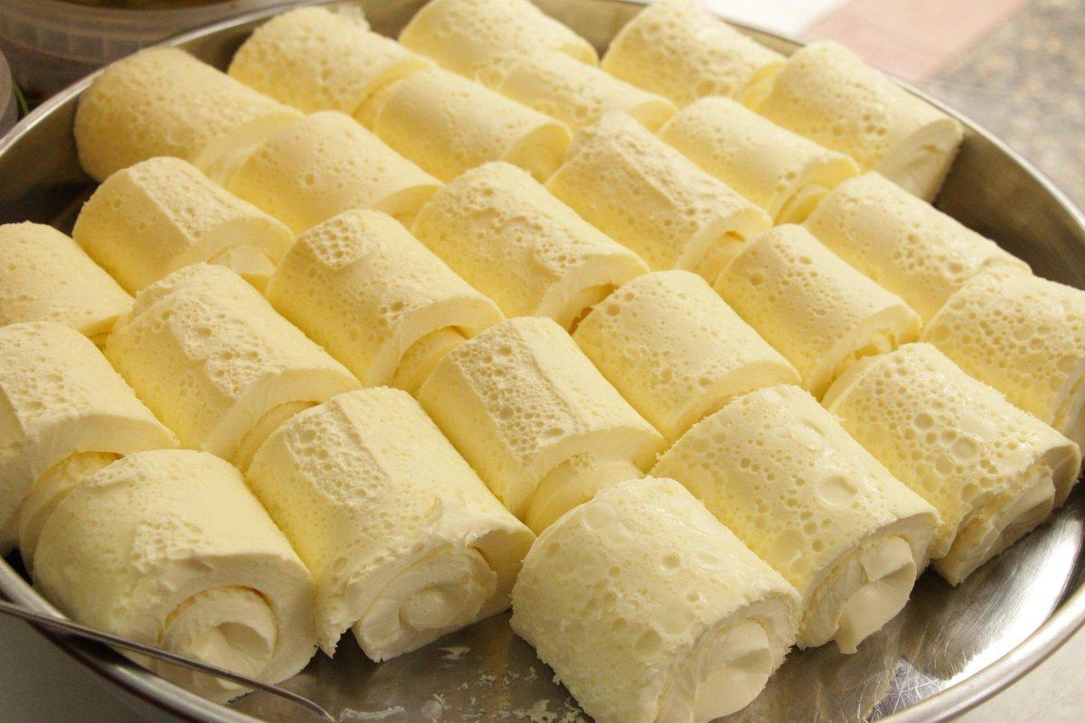 ロールケーキじゃないよ! マンダ・カイマウと言って、水牛の乳を熱して、冷ますと上部に乳脂肪が固まるけど、それを言う。デザートの上にのせられるけど、朝食、パンに蜂蜜とカイマックをぬって食べたら、もう終わりーー。味が忘れられなくなる! http://t.co/X9UKs4wMTd