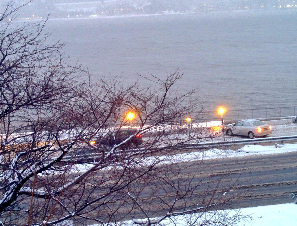 Already looking pretty bad on the Henry Hudson Parkway -- this car's spun out and traffic is bottlenecked. #Juno http://t.co/FCgre9qj7j