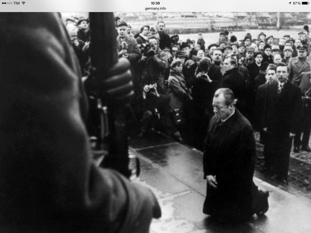 #Varsavia #1970 #WillyBrandt il Cancelliere tedesco si inginocchia davanti al #MemorialedelleVittimedelGhetto http://t.co/DIFCgqf7Sk