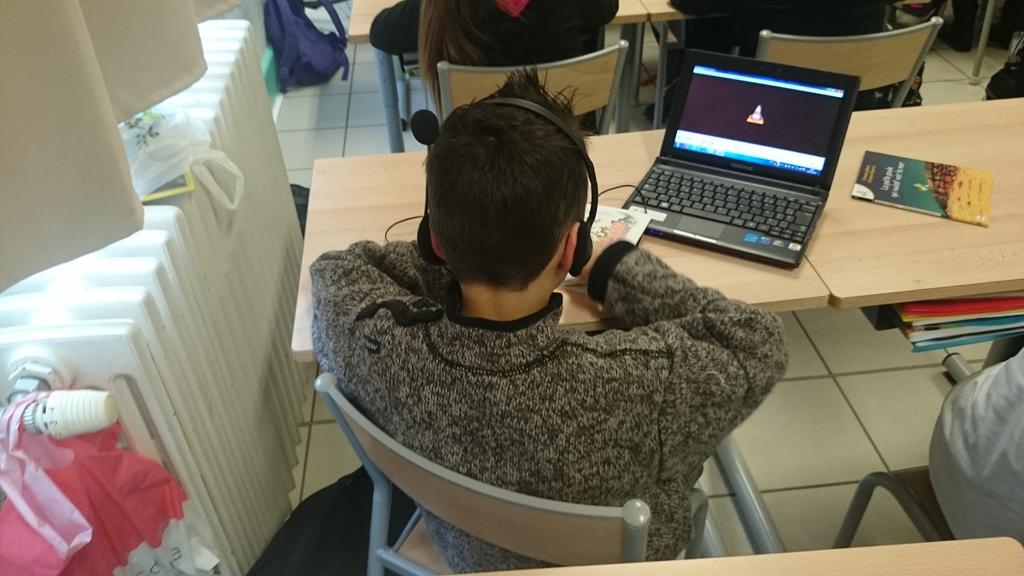 Un élève en écoute active d'un album. École Ferry @VilleStDizier #forumatice #EcoleNumerique http://t.co/jnoOD22ZNj