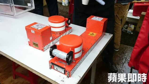 JUST IN: #TransAsia #GE235 black boxes have been retrieved, reports Apple Daily http://t.co/Yd3N8HTCyb http://t.co/bmJhwR8Nyk