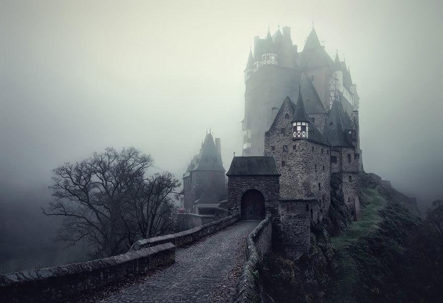 美しい悪夢に引き込まれそうな、グリム童話写真集。独の写真家が、グリム童話のような風景を中欧で撮影。こんな中から「赤ずきんちゃん」や「ヘンゼルとグレーテル」が生まれたんだなぁ。huffingtonpost.com/2015/01/26/bro… pic.twitter.com/nk3vDHiAMj