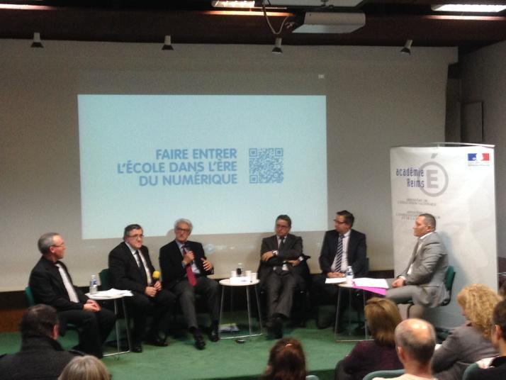 #forumatice #EcoleNumerique concertation autour de la table ronde : numérique et ouverture vers l'extérieur. http://t.co/BrbBXcLXAN