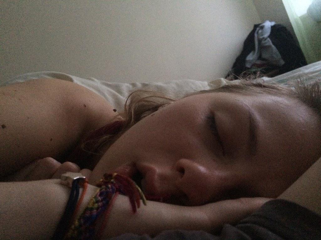 Пьяную раздели и выебали пока она спала это