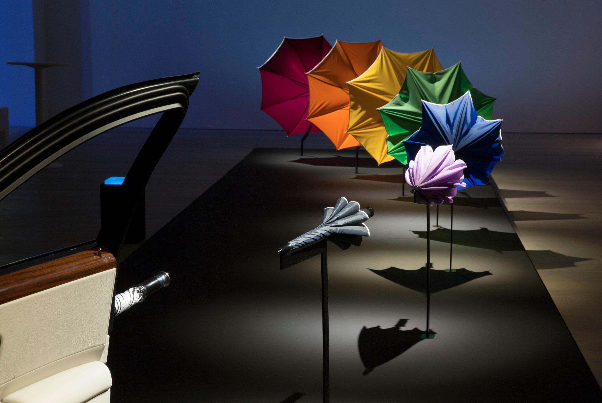 .@SteveLidbury demonstrates Rolls Royces' hidden umbrellas. In spectacular fashion. #IWIDT http://t.co/XHEVdLFSQx