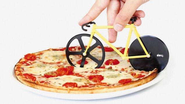 最高に可愛くピザを食べる方法 : ギズモード・ジャパン gizmodo.jp/2014/03/fixie_… ほら、これがあれば絶対かわいいって言われるよ。 pic.twitter.com/JddmT3Gba5