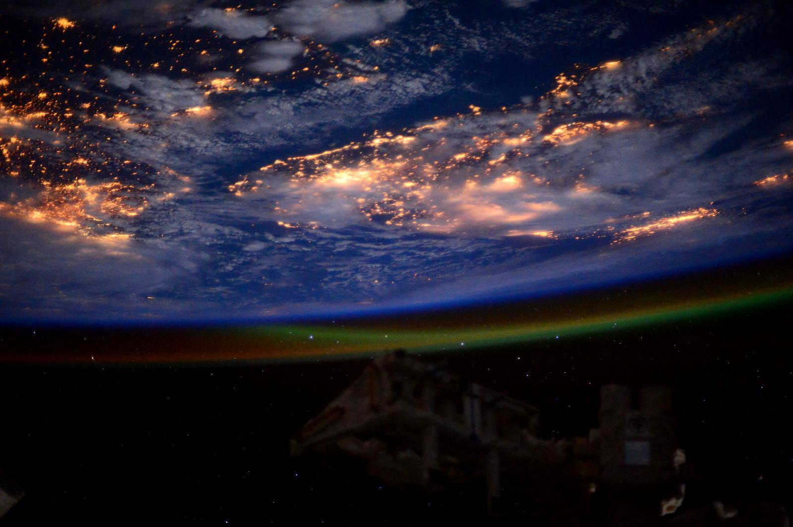 RT @AstroSamantha: Good night from #space! Buona notte dallo spazio! http://t.co/59zCJN0TIC