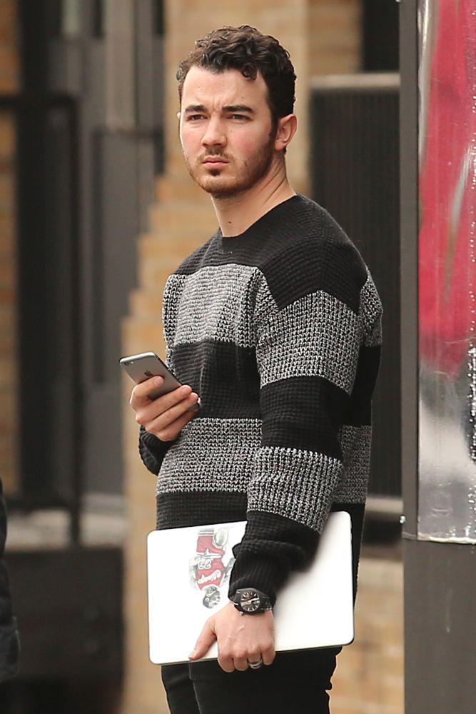 kevin jonas spotted looking confused and alone in new york http://t.co/K8BIbCrUcL