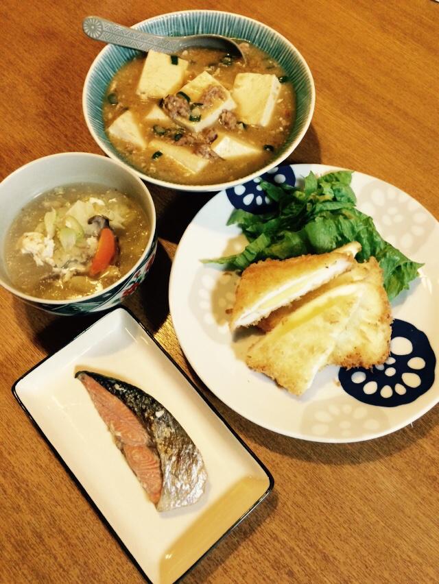 #晩御飯 焼き鮭、チーズはんぺんフライ 麻婆豆腐、キャベツの白胡麻たっぷりスープ  #うちごはん http://t.co/twxI7CKJx5