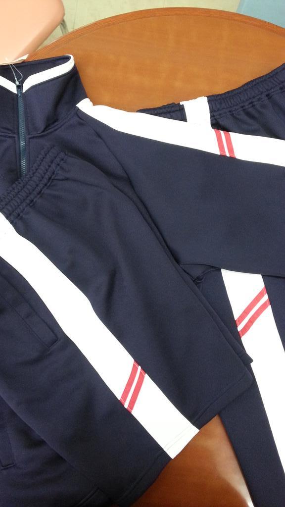 いな総(いなべ総合学園高等学校)の体育衣料のジャージは今春新入生から赤ラインが入ります。刺繍ネームはローマ字ではなく漢字(名字)で赤文字になります。 http://t.co/x3dcxLrPU1