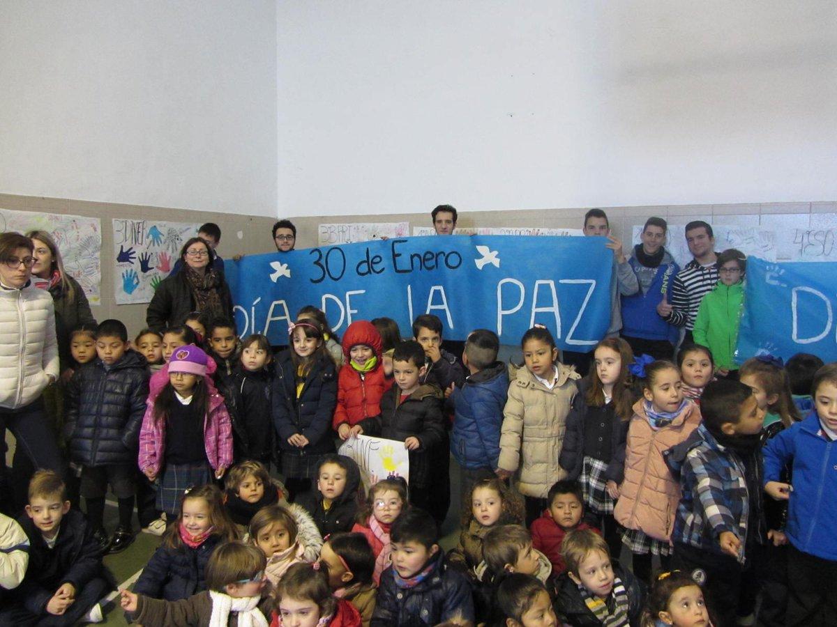 Hoy día 30 de enero hemos celebrado el día de la Paz con una Oración todos juntos en el Patio del Colegio. http://t.co/zfroBLwcMk