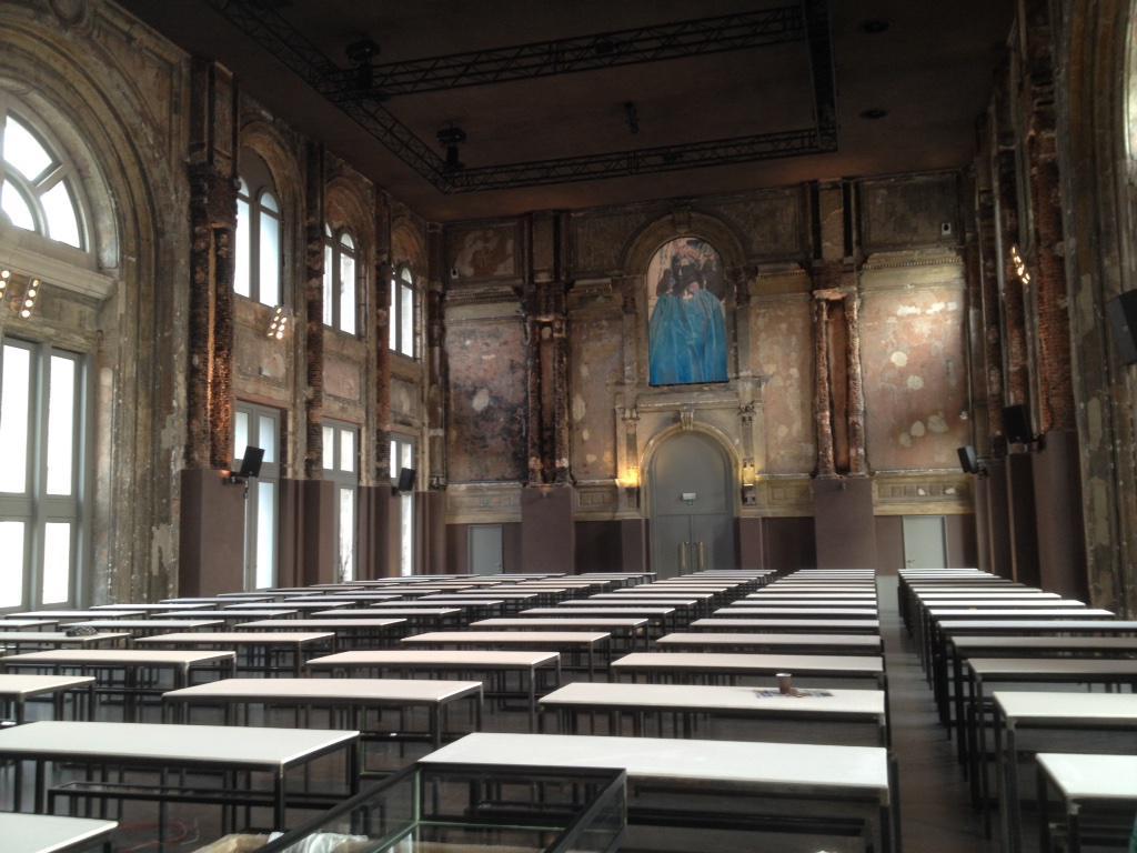 RT @AtheneumAntw: De opbouw van de tentoonstelling van Ricardo Brey in Zaal AthenA verloopt vlot. @m_hka http://t.co/yIZLnaVHw4