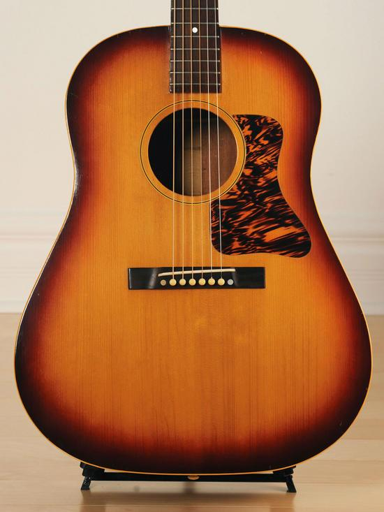 """This one-of-a-kind vintage @gibsonguitar has a classic """"found under the bed"""" story! http://t.co/DPi68Gl0m3 http://t.co/MtN2smzQK7"""