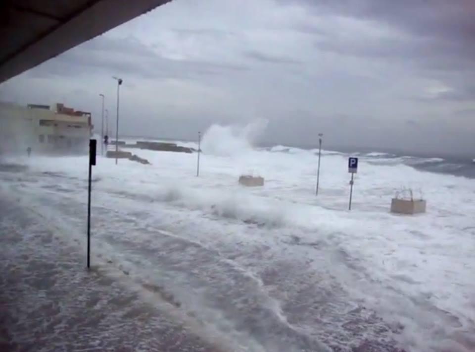 """Ultime Notizie. Maltempo Video: l'onda """"tsunami"""" a Gallipoli (Lecce) durante la burrasca"""