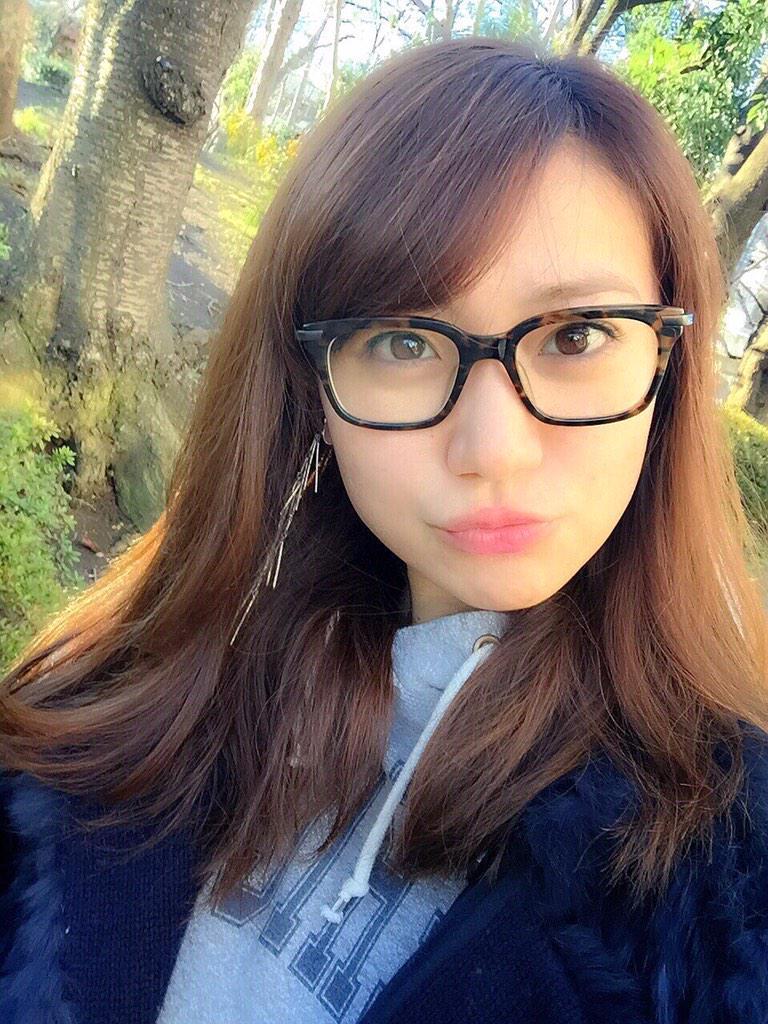 メガネが個性的な大島優子