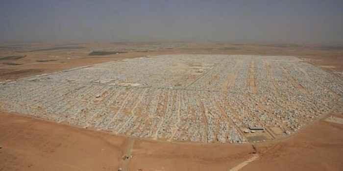 日本政府の支援ってこういう人達に対してなのにね RT @wenly_m: うわ RT @IRORIO_JP: ヨルダンにあるシリア人難民キャンプ。想像を絶する規模に膨れ上がる http://t.co/ANyWQ4iLfQ http://t.co/AQWDvZZnxn
