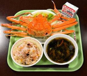 これが給食なのか!!中3の給食、生徒1人に特産のカニ1杯 鳥取:朝日新聞デジタル pic.twitter.com/ETUNPhE1Zq